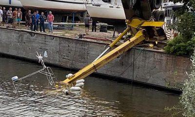 Solo los flotadores conectados al yate son visibles después de que la embarcación se hundió en el complejo residencial Fortecia, en Kronstadt, en la isla rusa de Kotlin.