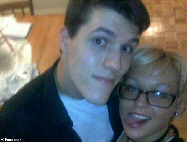 El escritor independiente Joshua Barbeau, de 33 años, de Bradford en Canadá, perdió a Jessica Pereira en 2012 cuando sucumbió a una rara enfermedad hepática (se muestran juntos)