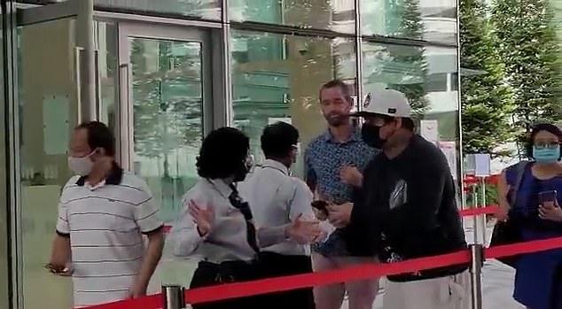 Benjamin Glynn, de 39 años (en la foto) llegó para su comparecencia ante la corte en Singapur sin una máscara después de ser arrestado por no usar una máscara en un tren.