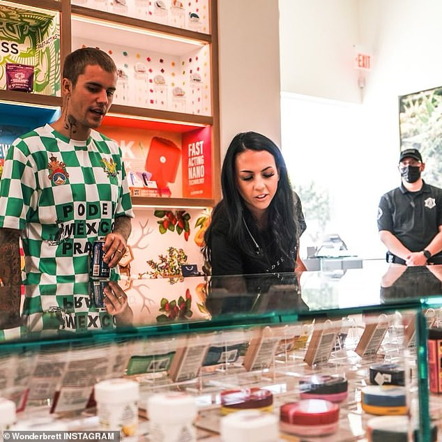 Volviendo verde: Justin Bieber visitó la nueva tienda insignia del dispensario de marihuana Wonderbrett en Los Ángeles el lunes