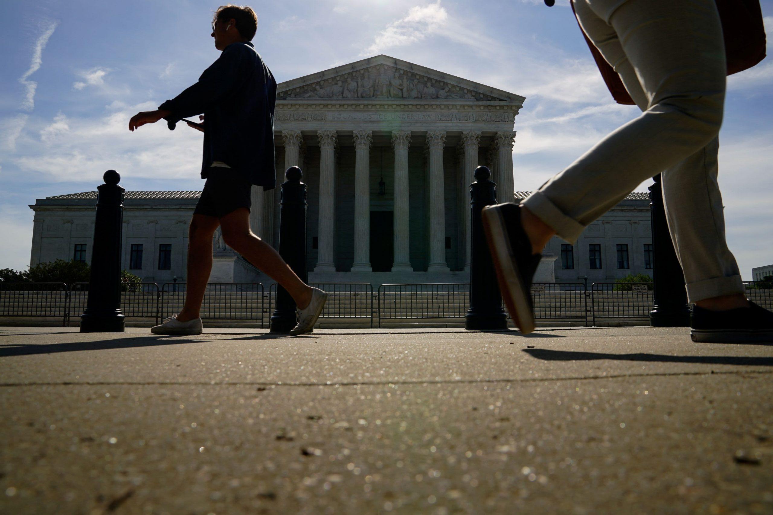 La Corte Suprema dice que California no puede exigir a todas las organizaciones sin fines de lucro que revelen a sus donantes