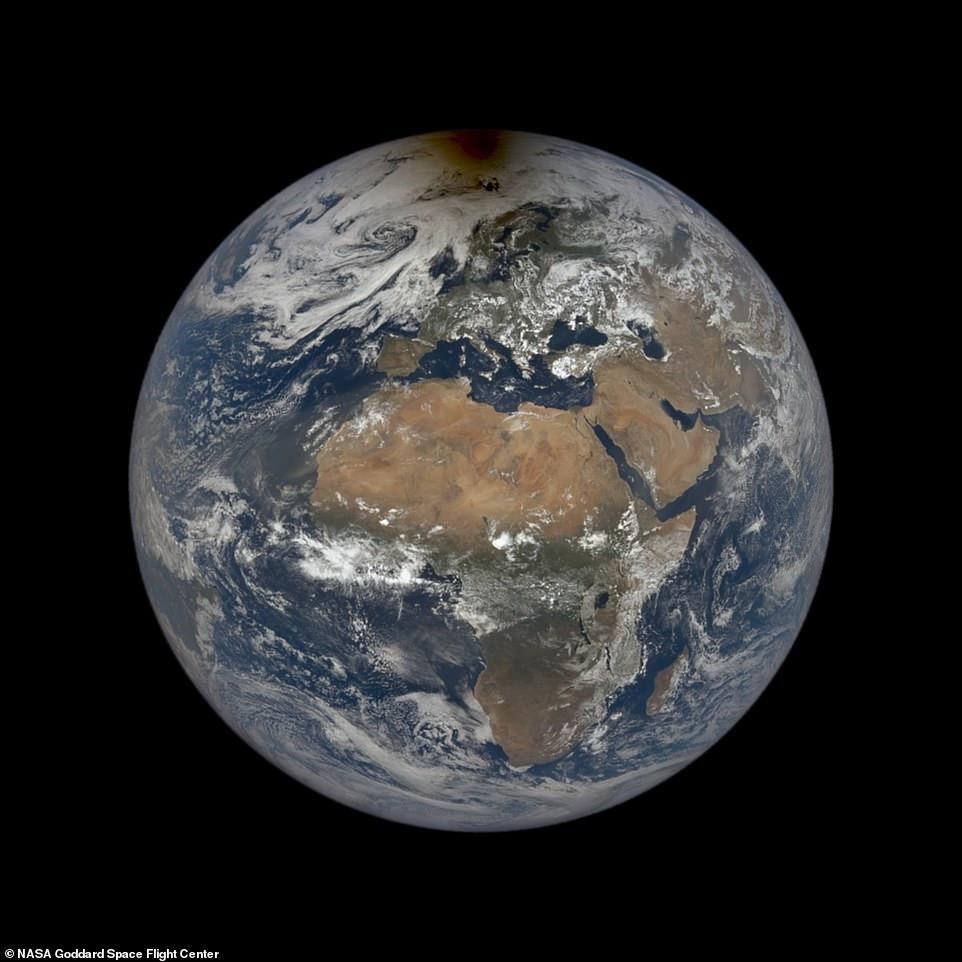 La NASA ha compartido una imagen notable de la sombra de la luna flotando sobre el Ártico durante el eclipse solar del mes pasado que hace que el satélite celeste parezca una mancha en una página.