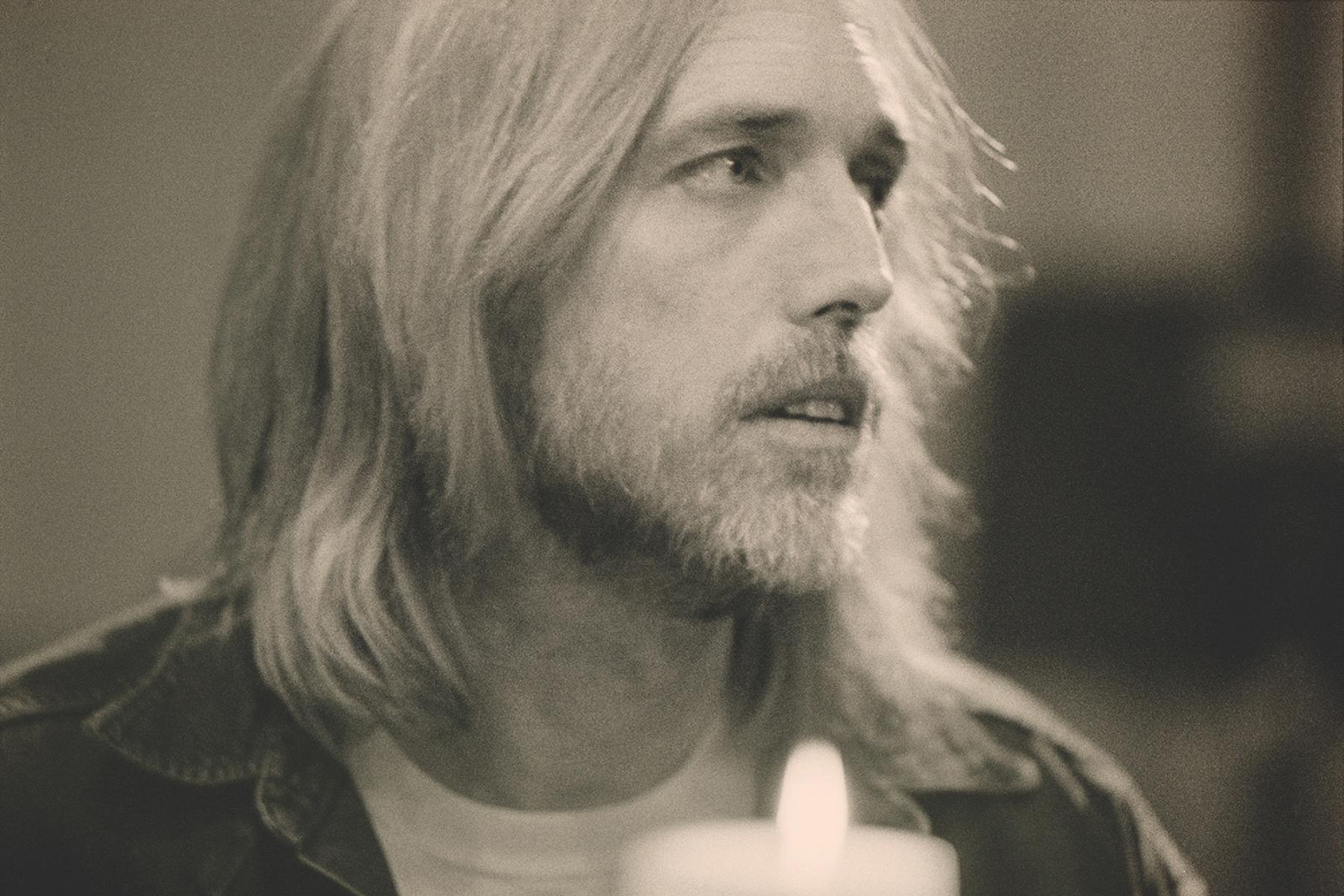 La canción inédita de Tom Petty '105 Degrees' cae con un video con letra