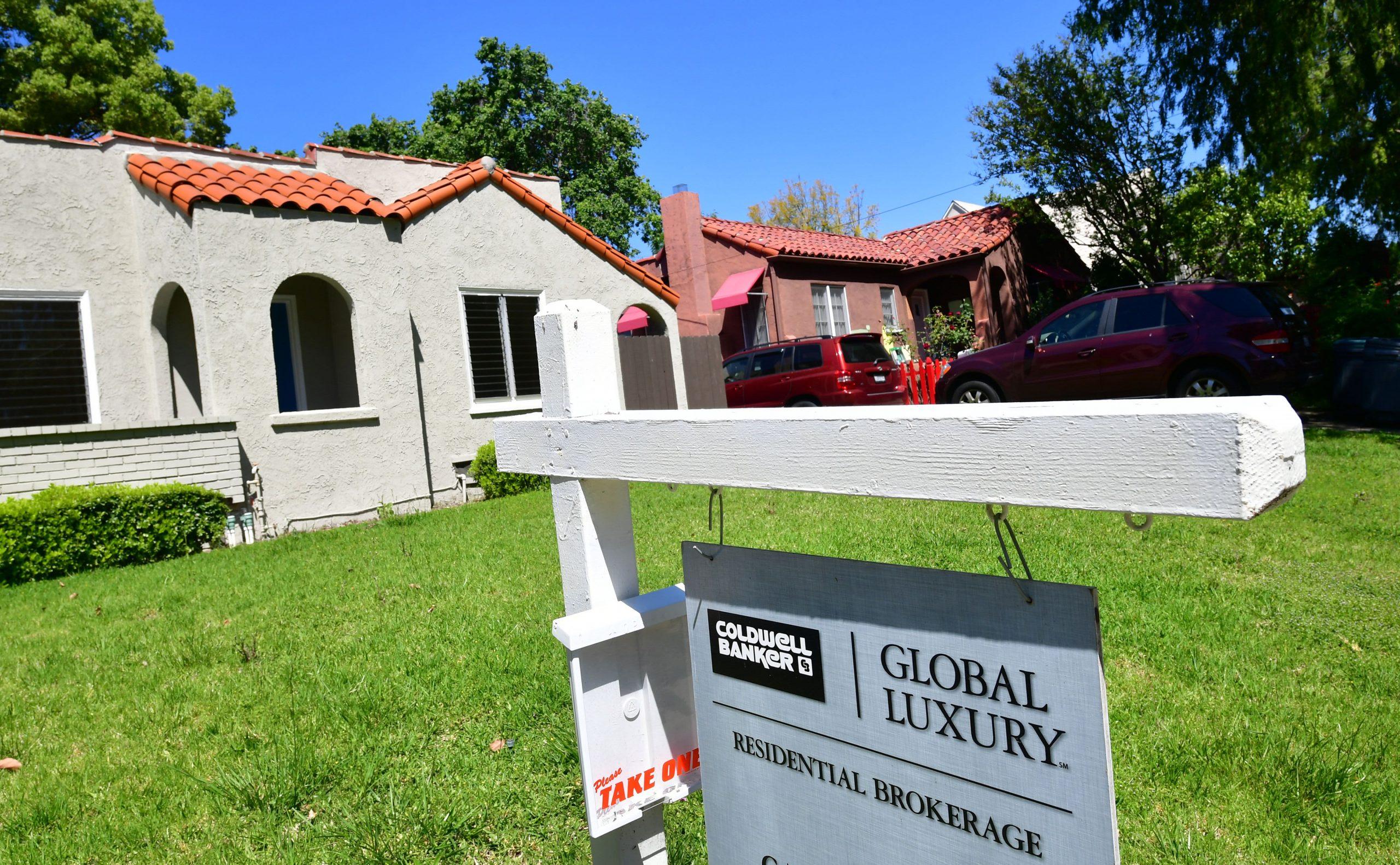 La escasez de viviendas épica finalmente puede estar comenzando a aumentar, ya que un número sorprendente de nuevos listados llegó al mercado en junio