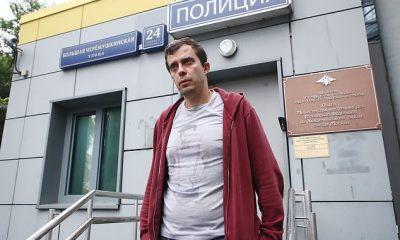La policía en Rusia allanó la casa de Roman Dobrokhotov, el editor en jefe del sitio de noticias de investigación The Insider, confiscando su computadora portátil, teléfono y pasaporte.