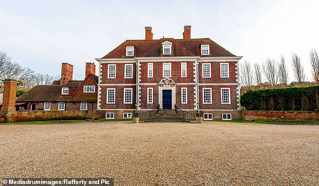 Magnífico: la pareja de Gogglebox, Steph y Dom Parker, han reducido el precio de su histórica casa solariega de £ 5 millones en £ 250k después de luchar para venderla, según The Sun