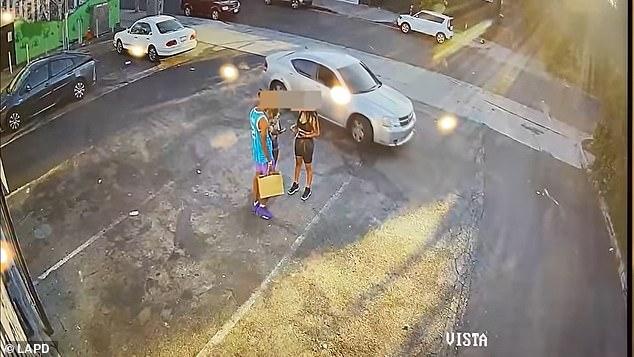 El video muestra a la víctima masculina de pie con dos mujeres mientras sostiene una bolsa de compras cerca de Melrose Avenue y Vista Street alrededor de las 7:10 pm del lunes.