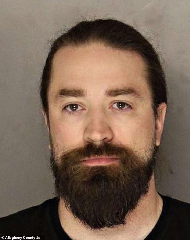 Corey Brewer, de 38 años, fue arrestado en su casa en Pensilvania donde una mujer fue rescatada después de afirmar que estaba retenida contra su voluntad y agredida física y sexualmente.
