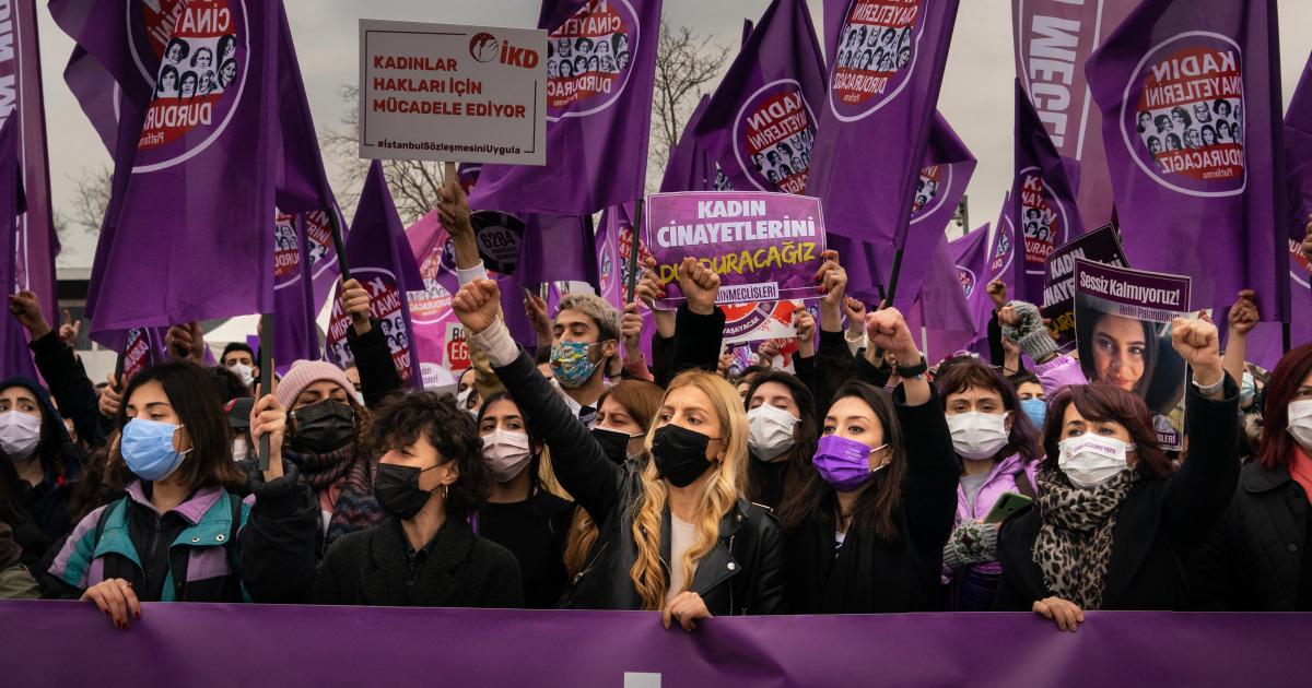 Mujeres de Turquía protestan por la retirada del tratado de protección de género