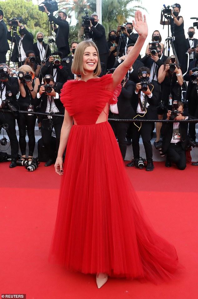 Wow: Rosamund Pike se veía deslumbrante con un glamoroso vestido de tul rojo en el estreno de OSS 117: From Africa With Love durante la noche de clausura del Festival de Cine de Cannes el sábado.