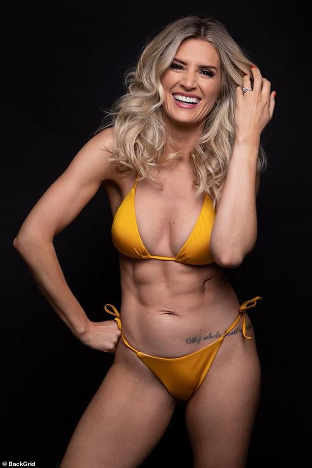 Sarah Jayne Dunn hace una exhibición chisporroteante mientras hace alarde de sus sensacionales abdominales en un bikini naranja