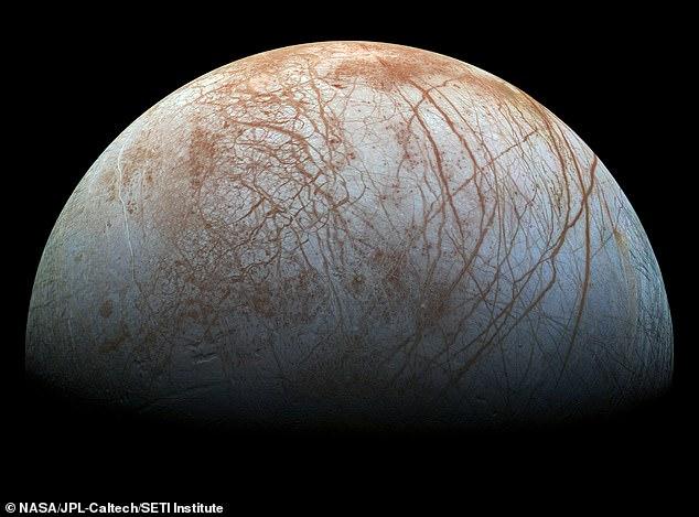 Hay evidencia de formaciones geológicas recientes dentro de la corteza congelada de 15 millas de espesor, incluidas características pequeñas, oscuras y con forma de cúpula a una milla debajo de la superficie.