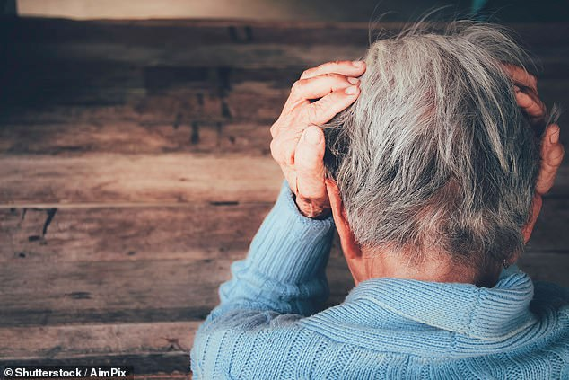 Las personas a las que les resulta difícil escuchar una conversación en un entorno ruidoso tienen el doble de probabilidades de desarrollar demencia más adelante en la vida, revelan los hallazgos de un nuevo estudio.