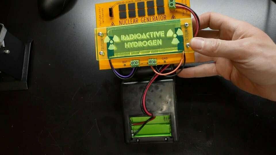 YouTuber convierte un Game Boy de imitación para que funcione con energía nuclear