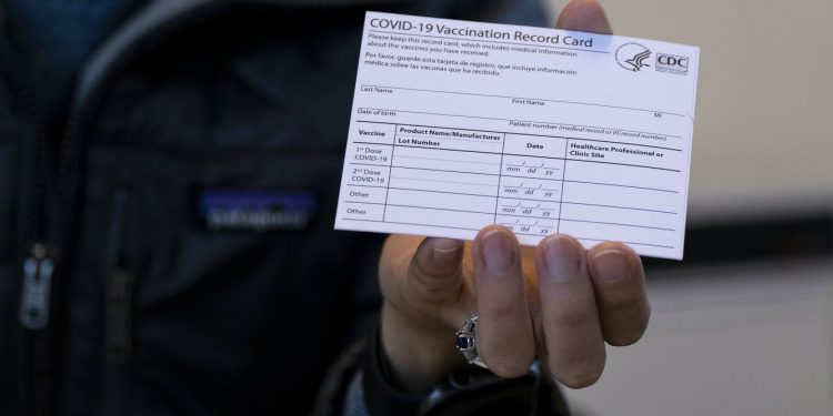 ¿Es un delito falsificar una tarjeta de vacunación?  ¿Y cuál es la pena por usar una falsificación?
