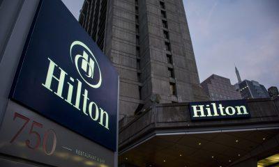 Acciones que hacen los mayores movimientos al mediodía: Hilton, Yum Brands, Tesla y más