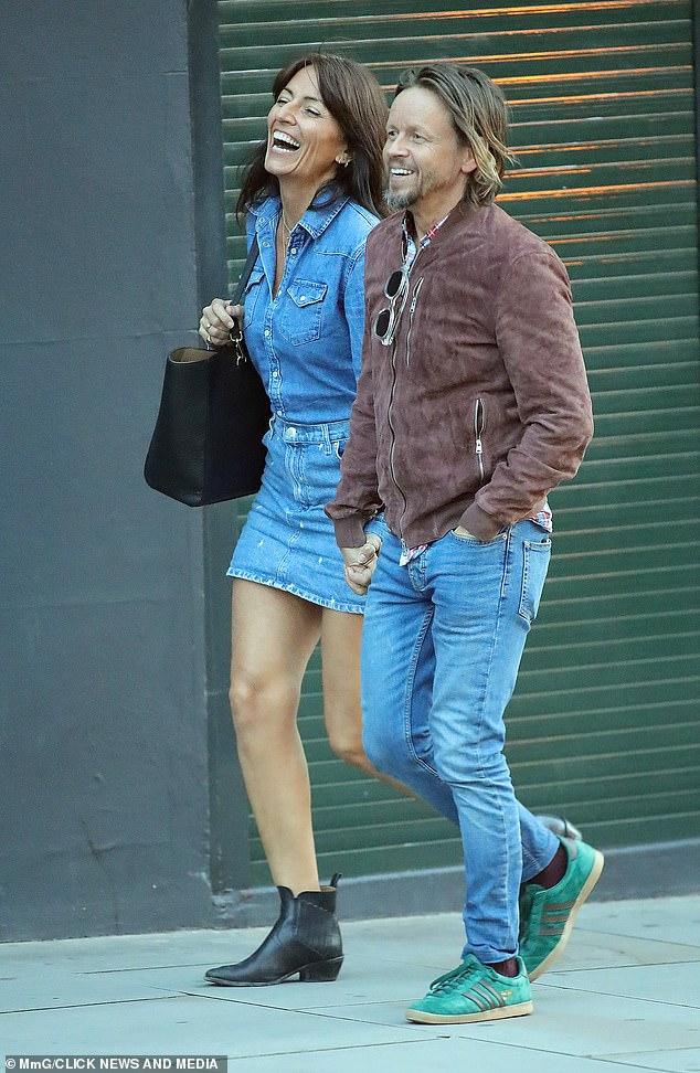 Davina McCall, de 53 años, toma de la mano a su novio Michael Douglas, de 47 años, en Notting Hill.