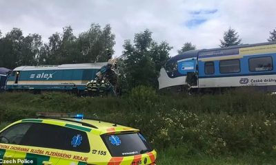 Los bomberos son vistos alrededor del extremo destrozado de uno de los vagones de tren involucrados en la colisión en la ciudad de Milavce en el suroeste de la República Checa.