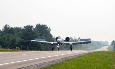 Cuatro aviones de ataque A-10C Thunderbolt II aterrizaron en una carretera en Michigan el jueves por la mañana como parte de un ejercicio de entrenamiento destinado a probar las capacidades de la Fuerza Aérea para operar en condiciones difíciles.