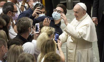 El Papa Francisco posa para una selfie mientras realiza su primera audiencia general en el Salón Pablo VI desde que se sometió a una cirugía intestinal el mes pasado.