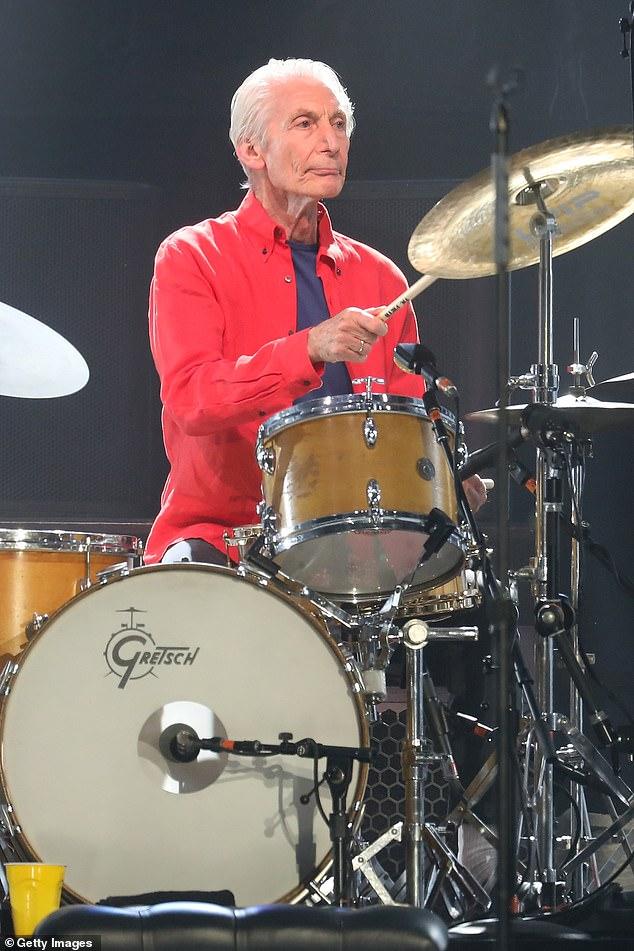 La estrella de los Rolling Stones, Charlie Watts, se ha visto obligada a retirarse de la gira de la banda por Estados Unidos después de ser sometida a una operación de emergencia.  En la foto: Watts actúa con los Stones en Nueva Jersey.