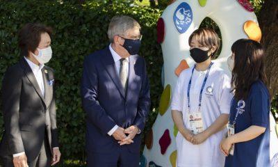 El presidente del COI, Bach, visita los monumentos de recuperación de Tokio 2020