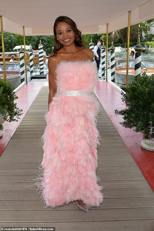 Emma Weymouth cautiva con un vestido de fiesta rosa con volantes mientras asiste al desfile de Dolce and Gabbana