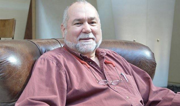 Robert David Steele, quien se llamó a sí mismo la primera persona en describir el COVID-19 como un engaño, murió en Florida a causa del virus.  En su publicación final de blog, dijo que sus pulmones habían fallado.
