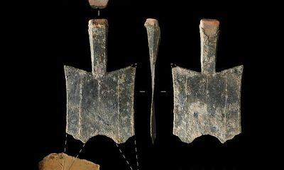 La casa de la moneda más antigua conocida del mundo, que comenzó a funcionar entre el 640 y el 550 a. C., se ha encontrado en China.  Produjo las primeras 'monedas de pala' de metal (en la foto con la punta reconstruida en base a un molde de monedas del sitio), nombradas por su similitud con la herramienta de jardinería.