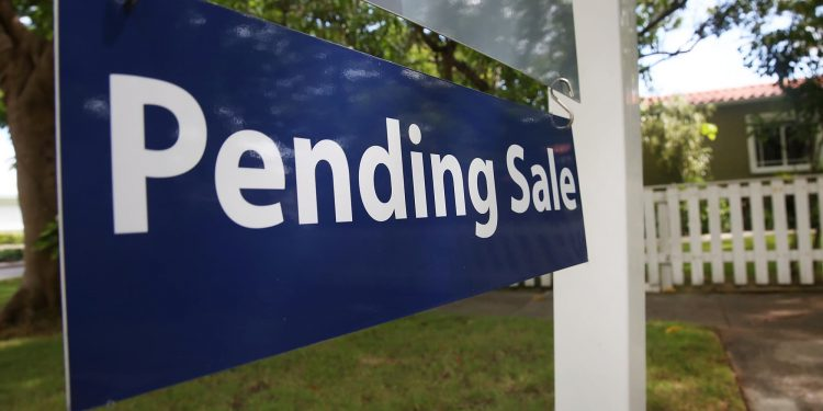 Los compradores de viviendas firman menos contratos en julio, ya que los altos precios enfrían el mercado de verano