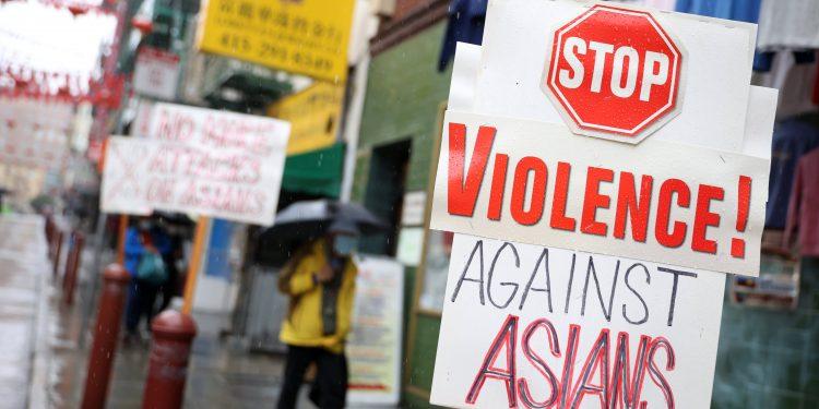 Los crímenes de odio contra los asiáticos y negros aumentan drásticamente en los EE. UU., Dice el FBI