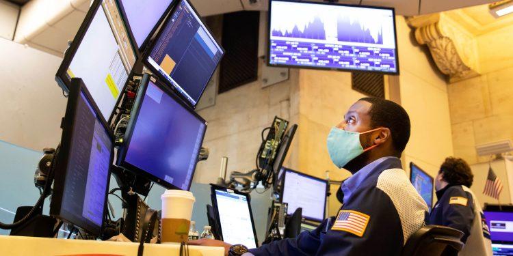 Los futuros de acciones abren ligeramente al alza luego de otro mes récord para el S&P 500