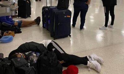 Un hombre es fotografiado durmiendo en el aeropuerto de San Juan en Puerto Rico el lunes, en medio de cancelaciones generalizadas por parte de Spirit y otros.