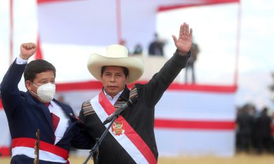 Manifestantes peruanos se manifiestan contra el nuevo gobierno de Pedro Castillo