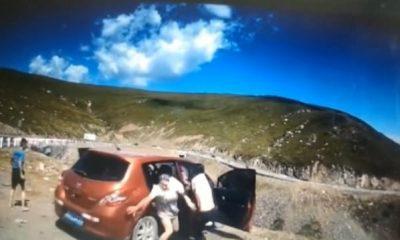 Este es el momento en que una familia intenta desesperadamente evacuar su pequeño hatchback mientras rueda por el borde de un acantilado en la autopista Duku en Xinjiang, China.