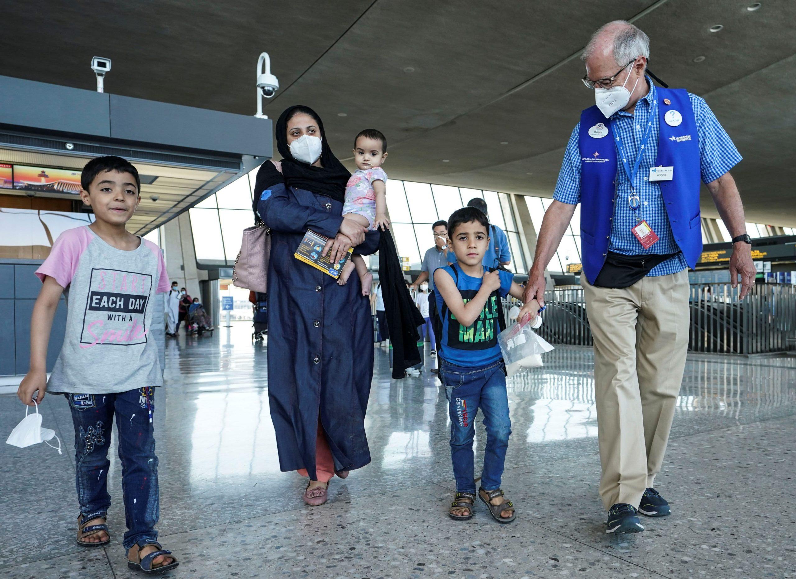 Vivienda, empleo y llamadas gratuitas: cómo las empresas apoyan a los refugiados afganos