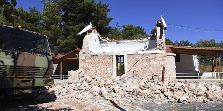 Una capilla ortodoxa griega dañada después de un fuerte terremoto en la aldea de Arkalochori en el centro de Creta.  Al menos una persona murió por la caída de escombros mientras los rescatistas buscan recuperarse más de los escombros.