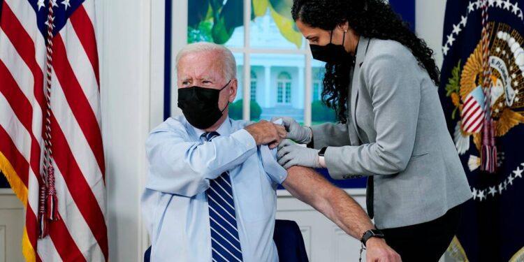 Biden recibe una vacuna de refuerzo de Covid-19 a medida que se implementan dosis adicionales