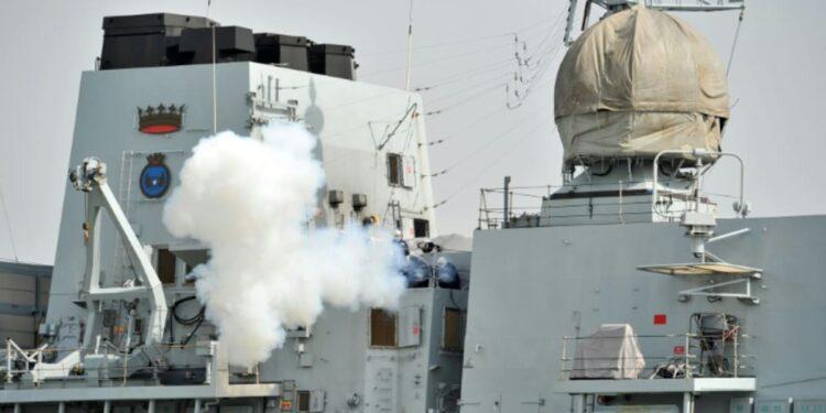 Buque de guerra del Reino Unido hace un tránsito raro a través del Estrecho de Taiwán
