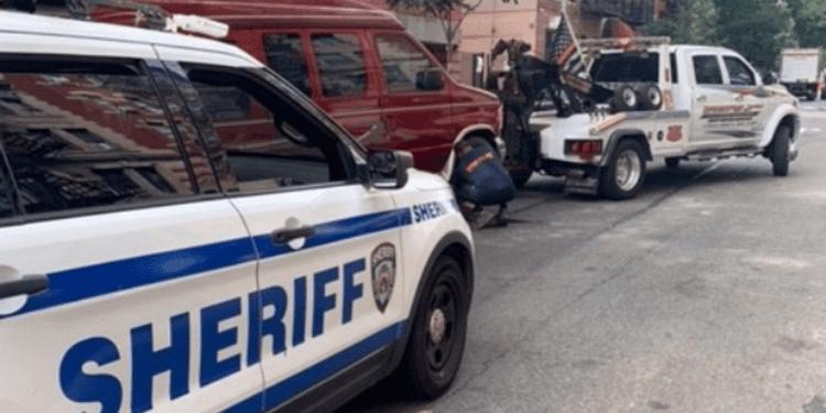 Diputados de la ciudad de Nueva York confiscan furgonetas supuestamente utilizadas como alquileres de Airbnb