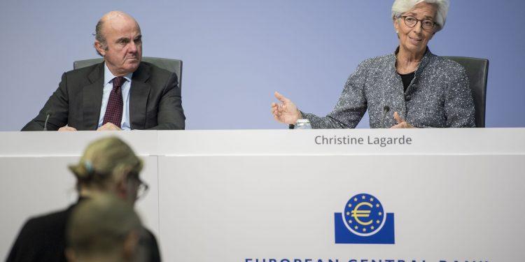 El Banco Central Europeo ralentiza sus compras de bonos a medida que aumenta la inflación