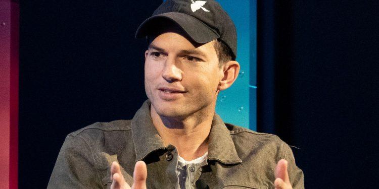 El anuncio de Ashton Kutcher en ESPN abrumado por los cánticos de 'Take A Shower'