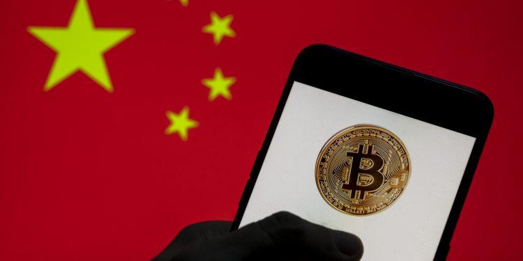 El banco central de China dice que todas las actividades relacionadas con las criptomonedas son ilegales y promete una dura represión