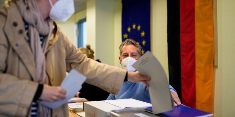 El bloque de Merkel apunta al peor resultado hasta ahora en las ajustadas elecciones alemanas