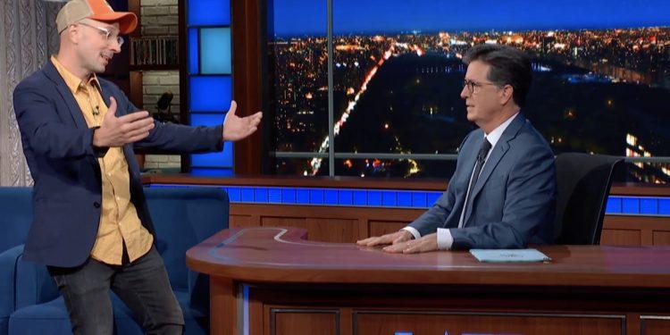 El presentador original de 'Blue's Clues', Steve Burns, realiza una visita sorpresa en 'Colbert'