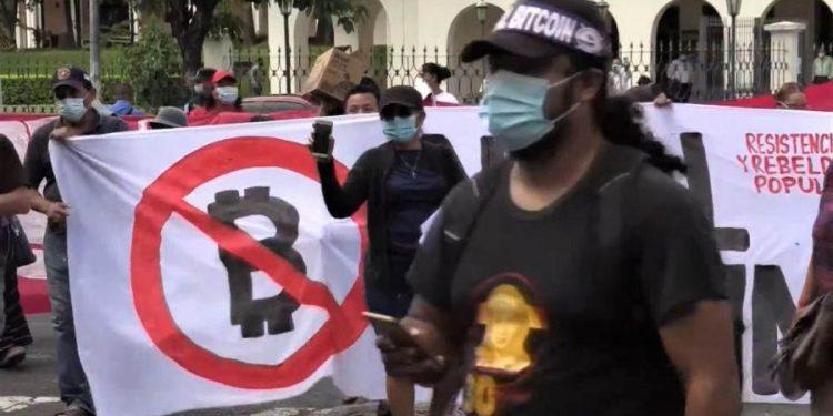 Encuestas: la mayoría del público de El Salvador se opone a la ley de adopción de Bitcoin