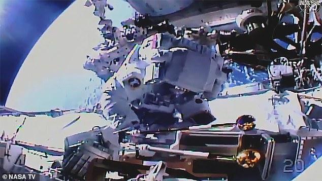 Los astronautas Akihiko Hoshide de la Agencia de Exploración Aeroespacial de Japón y Thomas Pesquet de la Agencia Espacial Europea realizaron su ejercicio orbital el domingo.  Su caminata espacial, que comenzó a las 08:15 ET (13:15 BST), fue para ayudar a preparar la Estación Espacial Internacional (ISS) para un impulso de energía en forma de nuevos paneles solares.  En la imagen: Hoshide trabaja para instalar un soporte en la estructura de celosía 'P4' de la ISS, cerca de los espacios habitables de la estación espacial.