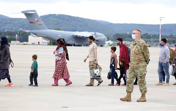 Estados Unidos detiene vuelos entrantes con evacuados afganos después de que se detectaran 4 casos de sarampión