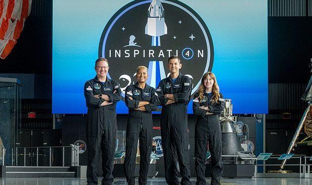 El equipo de Inspiration4 (LR) Chris Sembroski, Sian Proctor, Jared Isaacman y Hayley Arceneaux posan para una foto.  - La misión Inspiration4 enviará solo civiles al espacio durante varios días a bordo de un cohete SpaceX.
