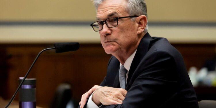 La Fed cambiará las reglas comerciales para que los funcionarios mantengan la confianza del público después de la controversia, dice Powell.